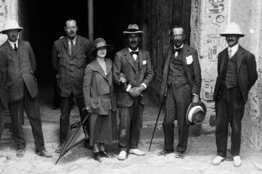 Howard Carter ve Kina Eyaleti'nin valisi, Lady Evelyn Herbert ile Kont Carnarvon
